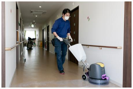 施設内定期清掃の作業風景